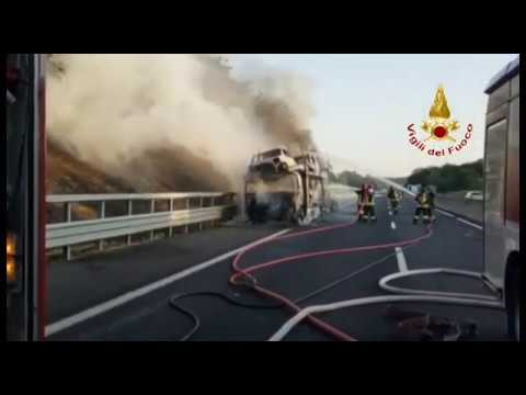 Camion in fiamme sull'E45, traffico in tilt